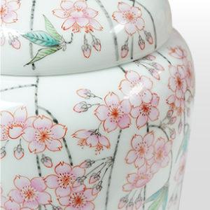 骨壺 伝統の手描き絵付けで作られた有田焼や、定番の骨箱と白壺セット等、各サイズも揃えております。